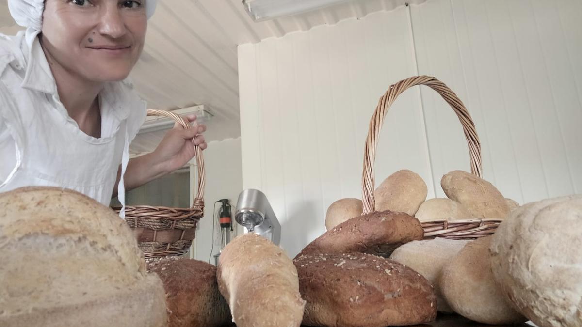 Cristina Prieto con los diferentes modelos de pan que realiza.