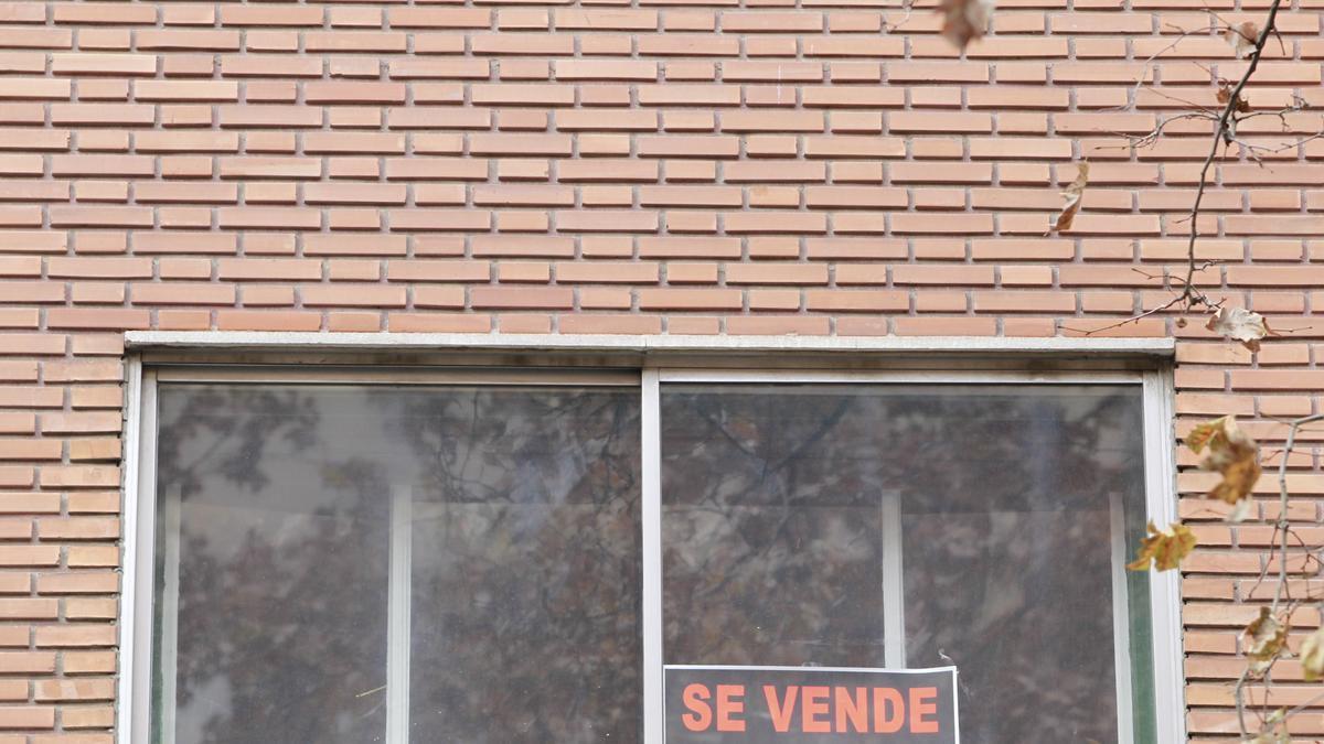 """Una vivienda con el cartel de """"Se vende""""."""