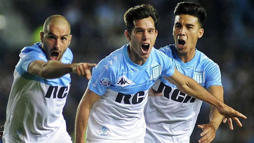 Facundo Solari, en el centro, celebra, junto a dos compañeros, un gol con Racing Club de Avellaneda. |   // RCCV