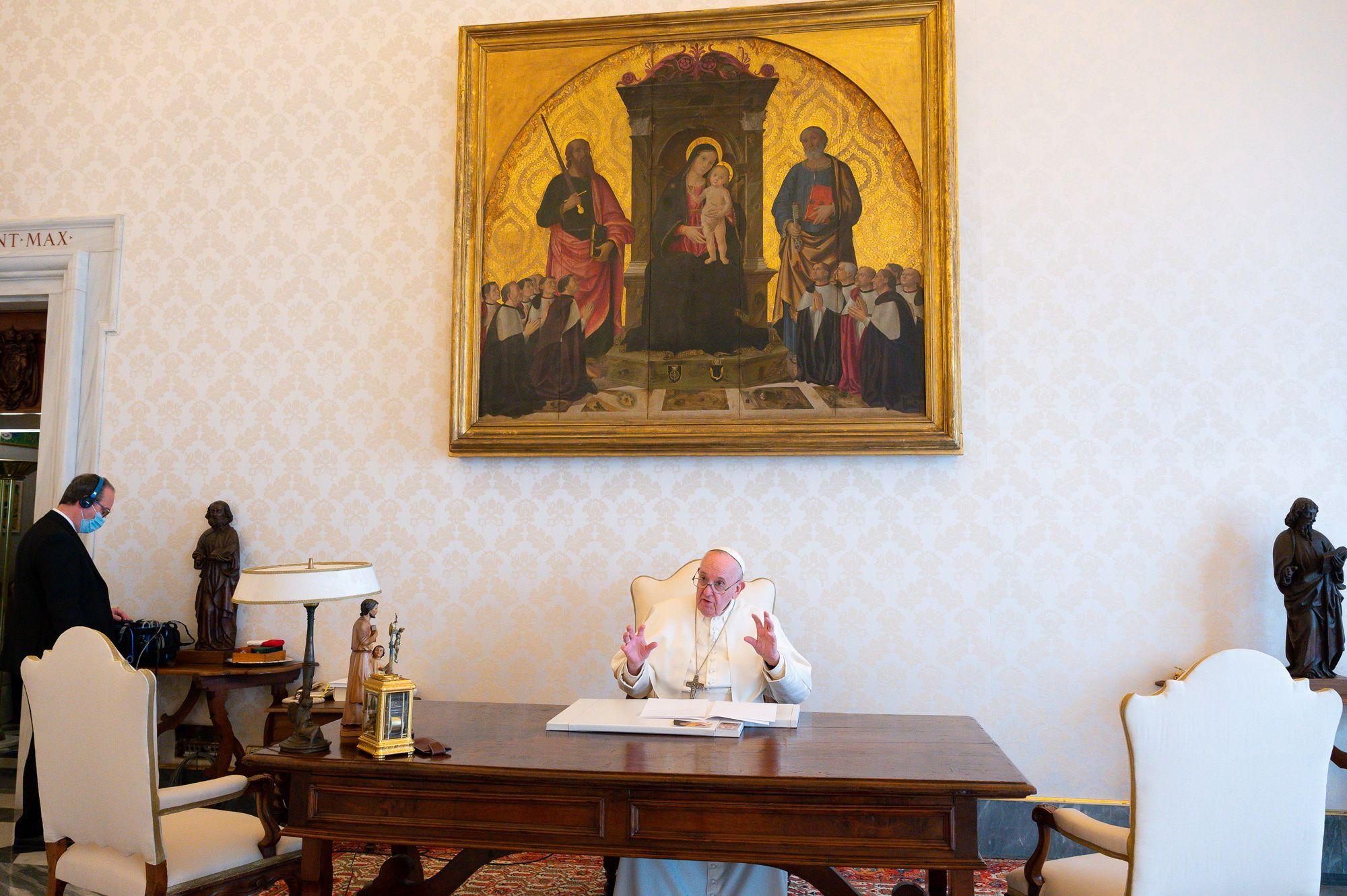 El papa Francisco lee una declaración con motivo del Día de la Tierra
