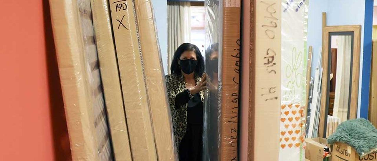 Una empleada prepara un pedido a clientes de Muebles Ibárrez, ayer