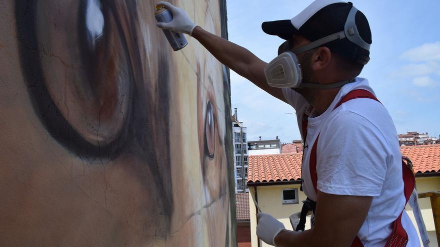 Primero el perfil, luego el paisaje, la mirada y el pelaje: paso a paso, el mayor mural urbano de Siero