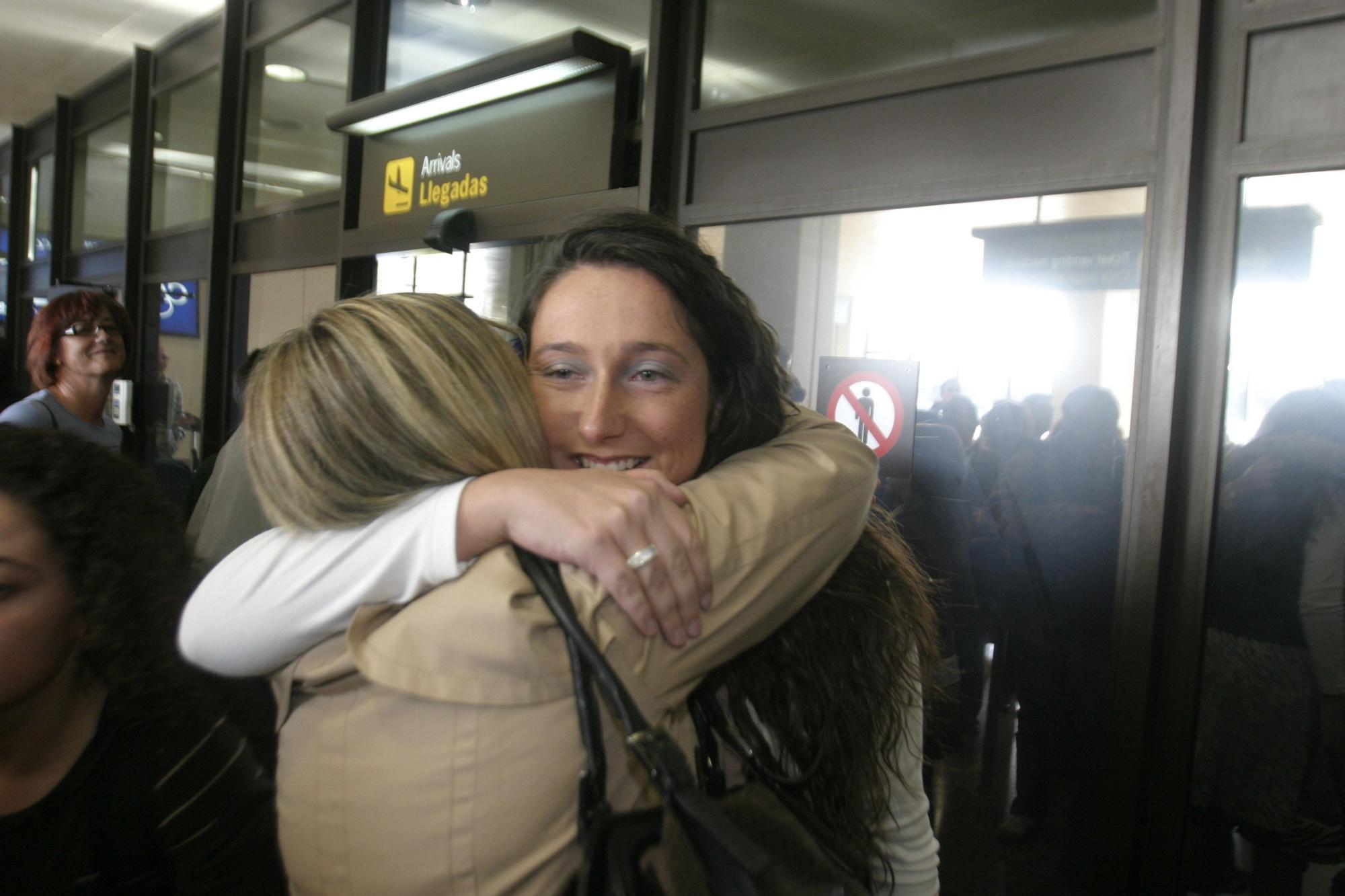 tatiana se abraza con familiares en el aeropuerto de Asturias.jpg
