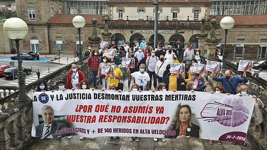 """Un centenar de personas recuerdan a las víctimas del Alvia y piden """"justicia y verdad"""""""