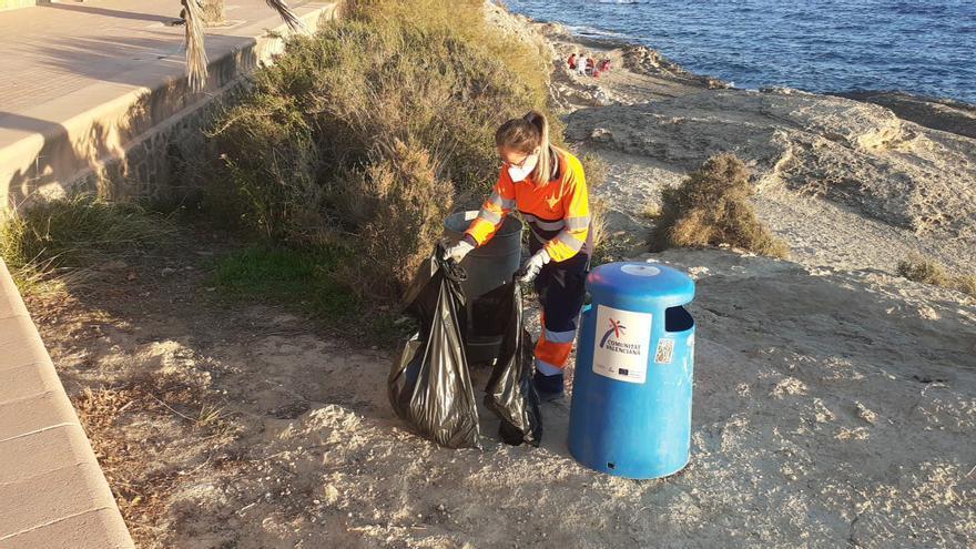 Más limpieza en calas y playas por el aumento de senderistas y rachas de viento en Alicante
