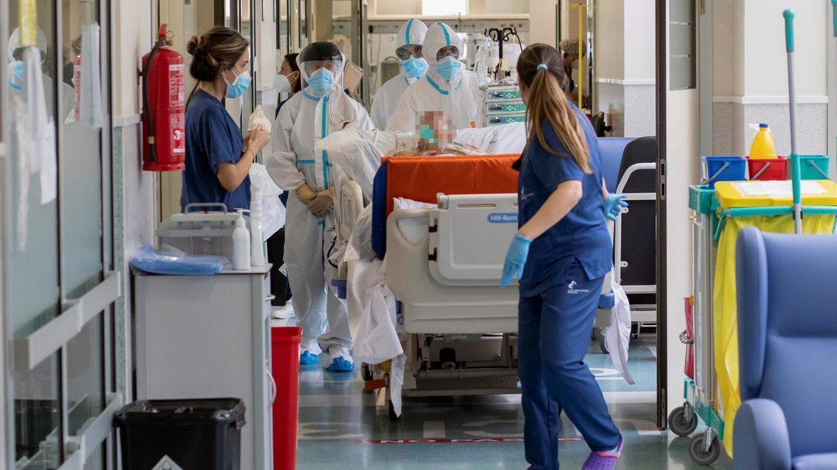 Profesionales sanitarios en un hospital.