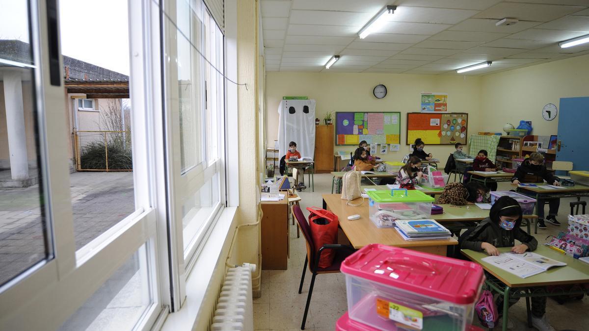 Una ventana abierta en una aula de Primaria de un colegio gallego. / FdV