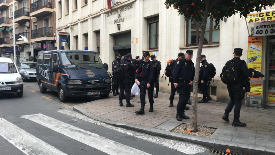 Cien policías blindan las tascas