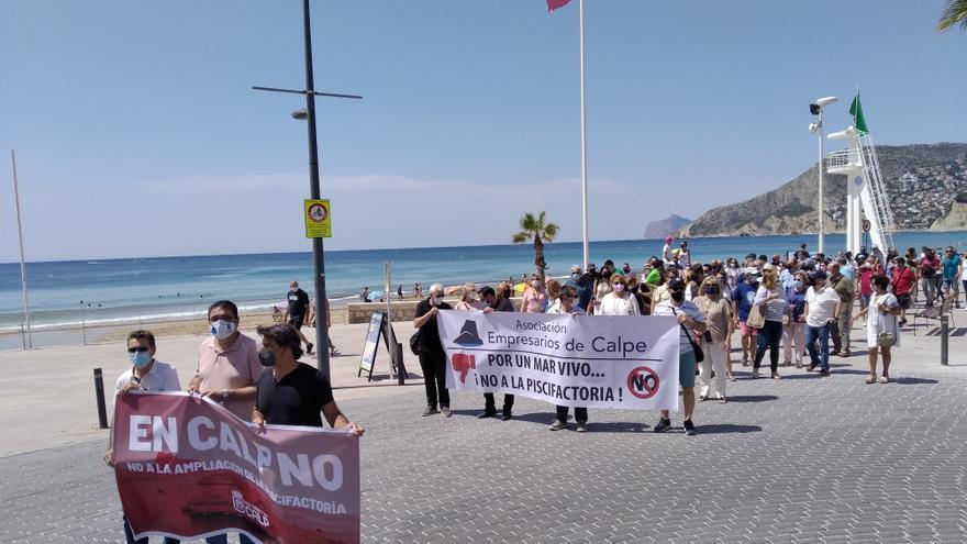 Doscientas personas claman en Calp contra la ampliación de la piscifactoria