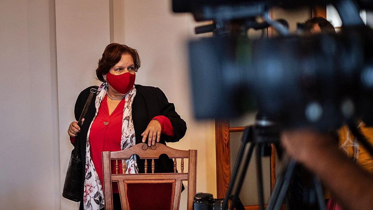 Fidela Velázquez, alcaldesa de San Juan de la Rambla, durante su comparecencia pública, ayer.     ANDRÉS GUTIÉRREZ