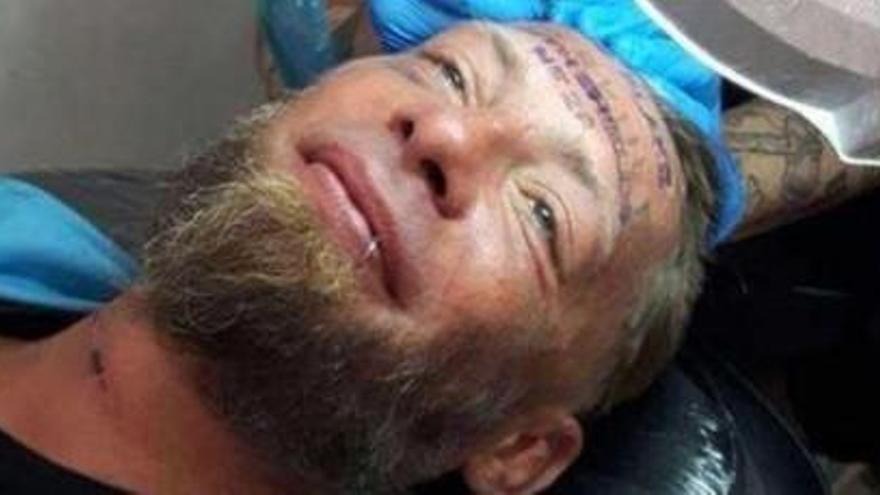 Uns britànics paguen 100 euros a un indigent per tatuar-se un nom al front