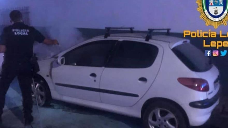 Rocía con gasolina a los policías que extinguían el incendio de su coche en Lepe