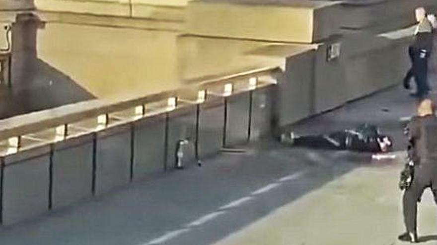 Un terrorista mata con arma blanca a dos personas en Londres antes de ser abatido