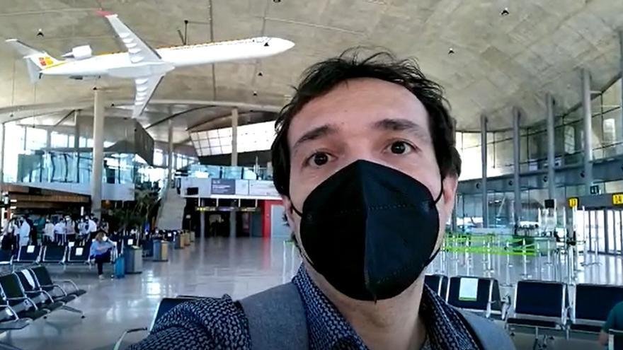 Bartomeu Roig, periodista de 'Mediterráneo', en el aeropuerto de Manises.