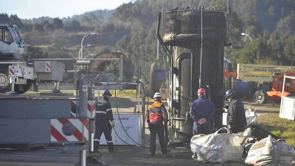 Trabajadores en la refinería durante el cambio de una antorcha. |   // VÍCTOR ECHAVE