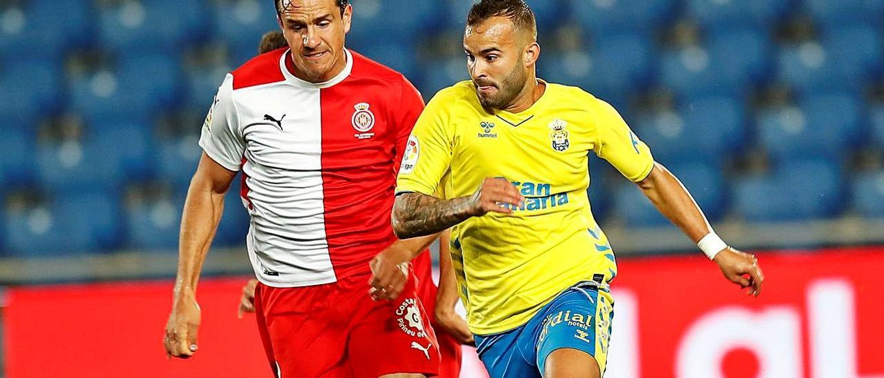 El atacante de la UD Jesé Rodríguez Ruiz controla el balón, ante la presión de Espinosa (Girona), en el Gran Canaria.