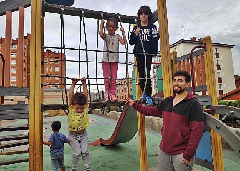Los pequeños Gael, Naira y Uriel García con su padre, Iván, en el parque de la plaza de la República de El Coto.
