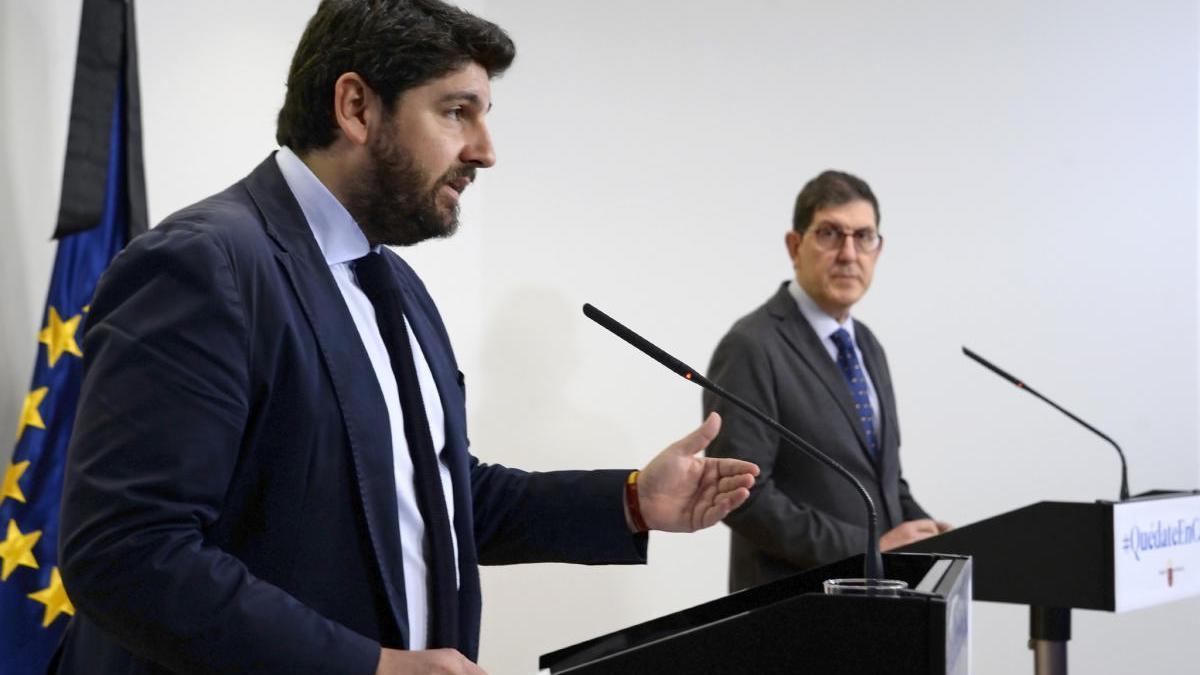 Fernando López Miras y Manuel Villegas, durante la rueda de prensa de ayer.