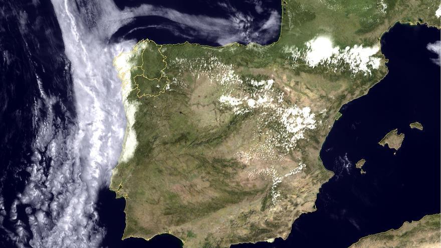 El manto de niebla que cubre la costa gallega visto desde el espacio