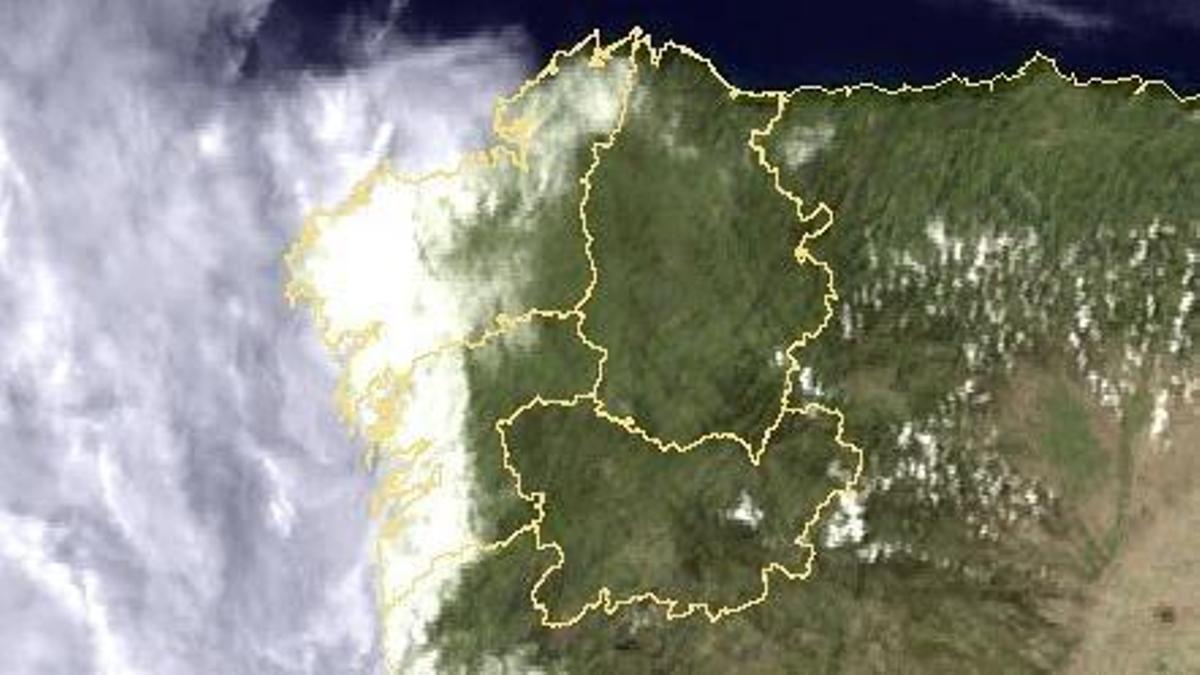 Así se ve la niebla sobre la costa gallega desde el espacio.