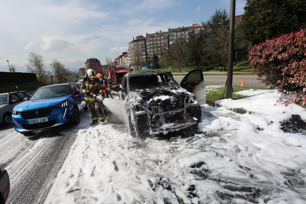 Espectacular incendio de un coche a la entrada de Oviedo