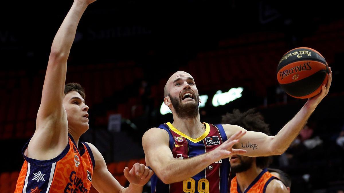 Nick Calathes shoots to basket against Jaime Pradilla