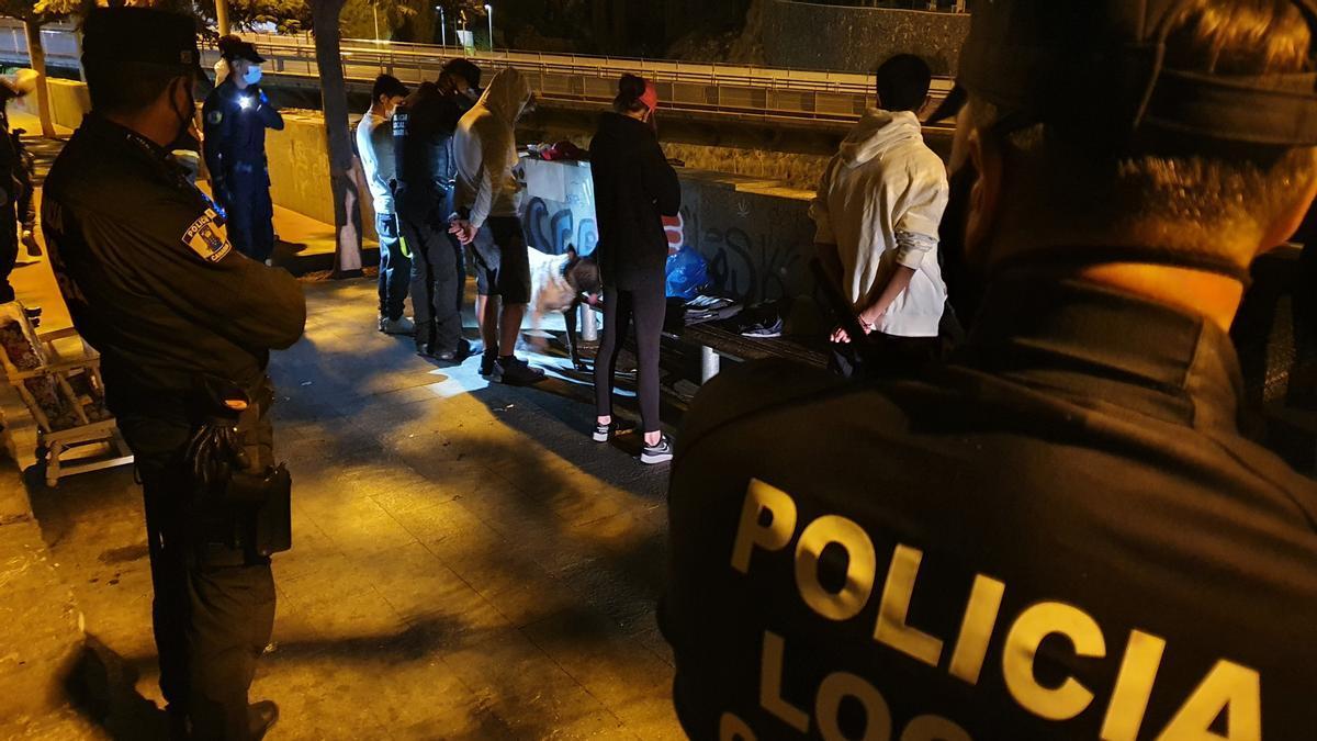 Imagen de archivo de una intervención de la Policía Local de Santa Cruz.