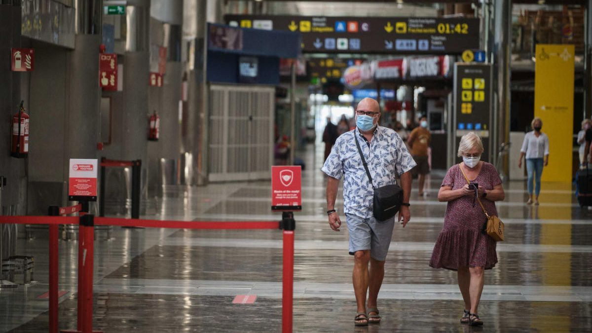 Pasajeros en la terminal de salidas en el aeropuerto Tenerife Sur.