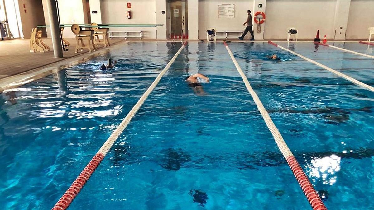 En las piscinas municipales de Palma solo se permite nadar a los deportistas federados.