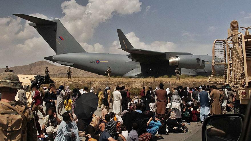 El caos, la por  i els tirotejos s'apoderen de l'aeroport de Kabul