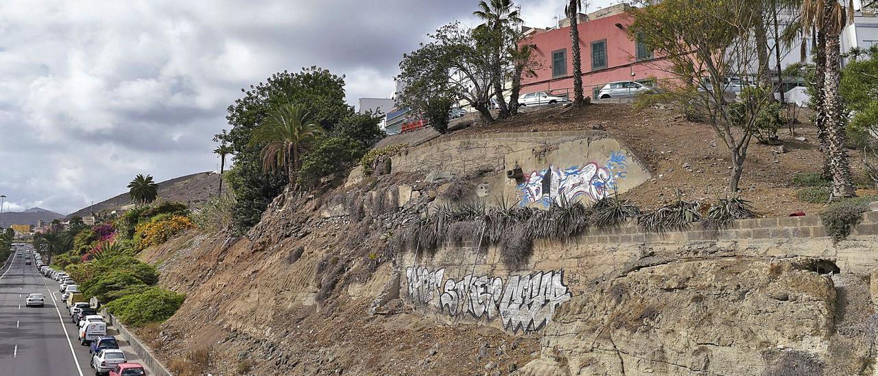 Muro de contención de la calle Florinda, en San Roque, uno de los que será reparado con los fondos del Plan de Cooperación del Cabildo.     ANDRÉS CRUZ