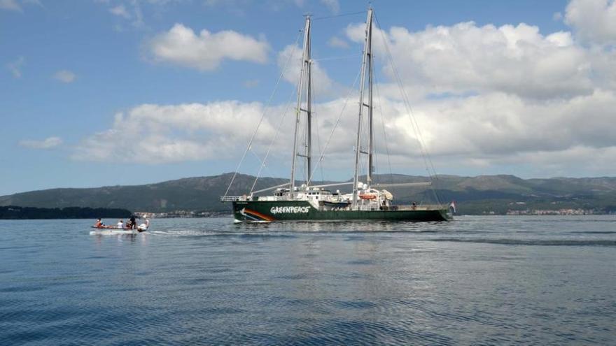 A Illa despide a toda vela al Rainbow Warrior de Greenpeace