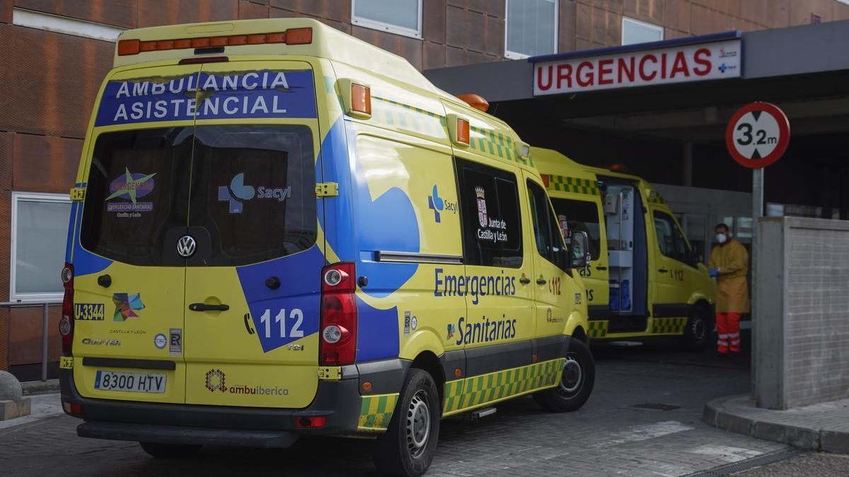 Ambulancias en la puerta de Urgencias del hospital Virgen de la Concha