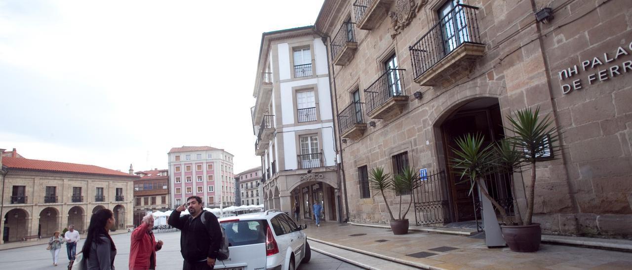 Turistas ante el Palacio de Ferrera, en una imagen de archivo.