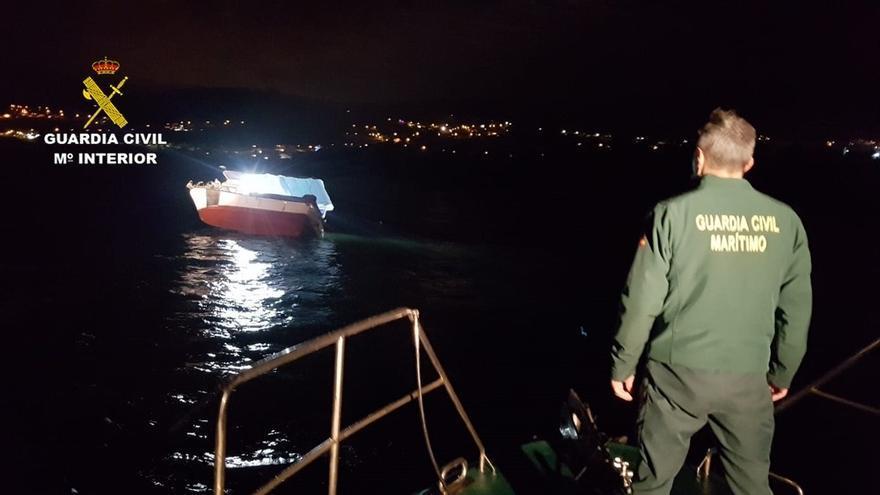 """El """"Modesto Uno"""", embarrancado en unas rocas en el puerto de Covelo, en Poio."""