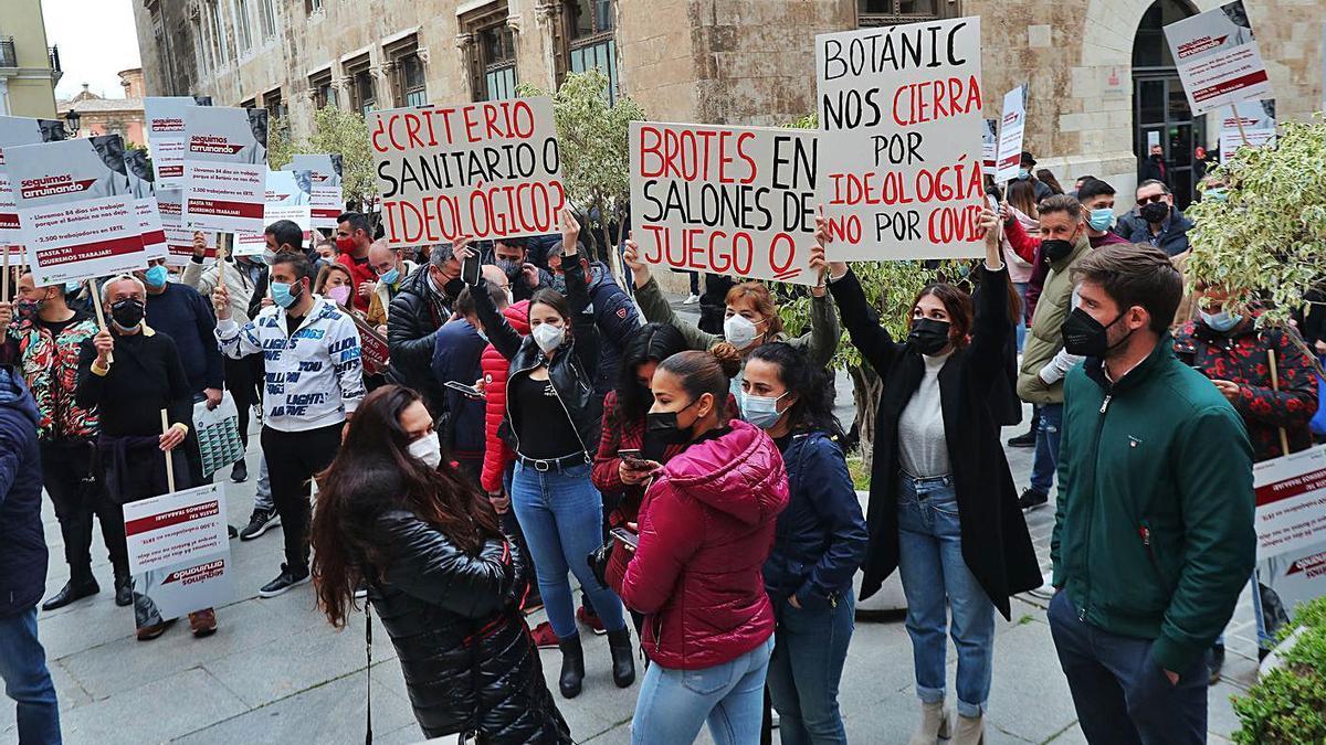 El sector del juego y del ocio nocturno volvió a protestar ayer ante el Palau de la Generalitat. | F. CALABUIG