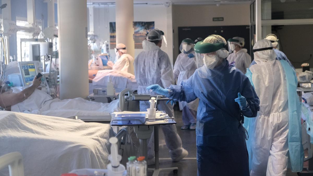 La UCI del Hospital General Universitario de Elda comienza a saturarse por el incremento de pacientes críticos.