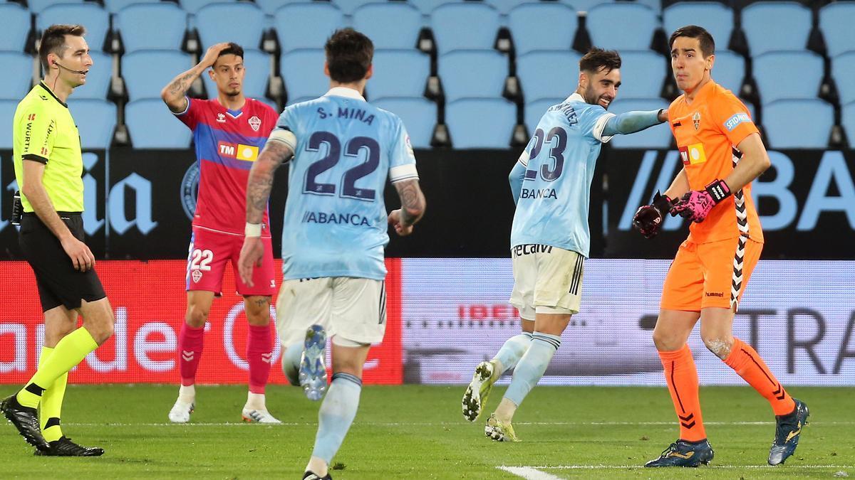 Brais Méndez celebra el segundo gol del Celta en presencia de Mina, que anotó un doblete