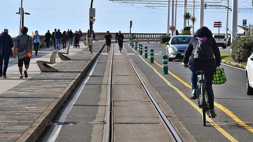 El Concello cubrirá los raíles del tranvía más próximos al mar desde los Surfistas a la Torre