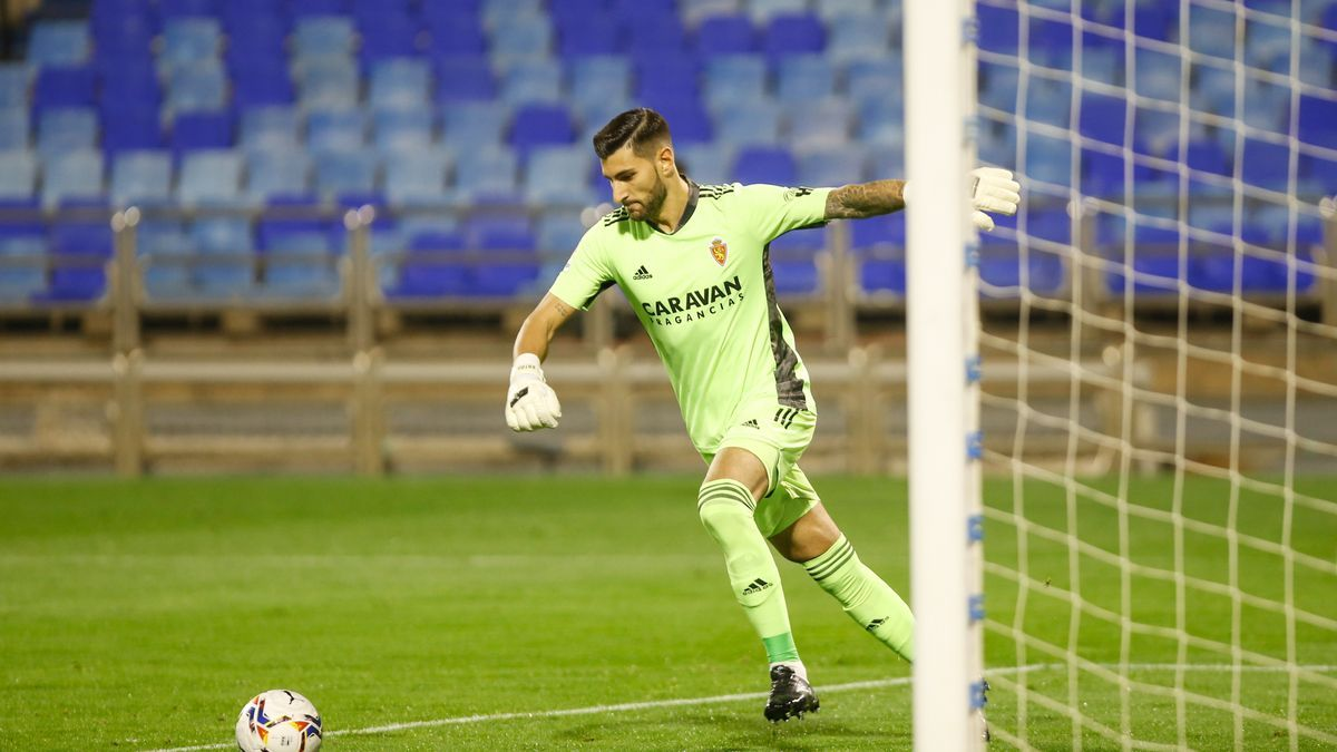 Ratón se dispone a sacar de portería en un partido del Real Zaragoza.