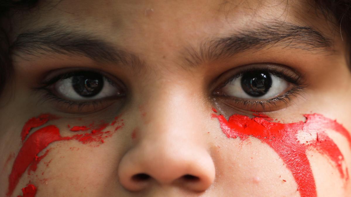 Una niña en una protesta por los refugiados afganos en India.
