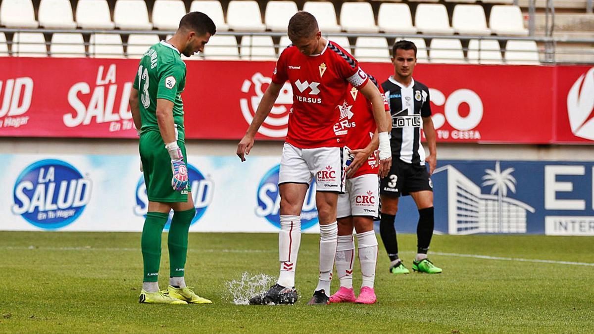 Edu Luna, junto al portero Nacho Miras, en el punto de penalti antes del lanzamiento de Carrillo.    FRANCISCO PEÑARANDA