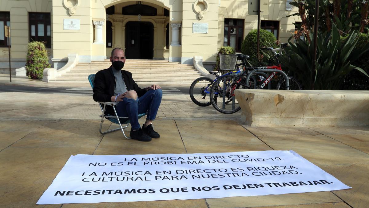 Mario Salazar Rubio enfrente de la puerta del Ayuntamiento de Málaga