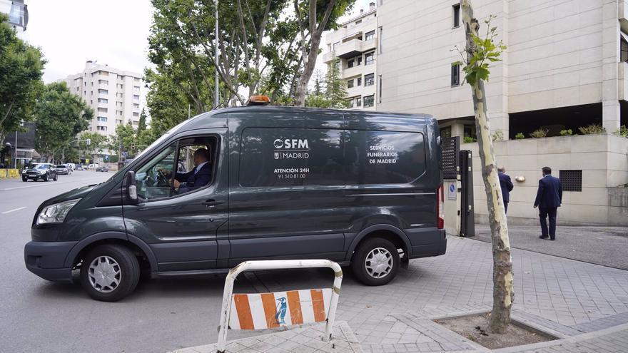 Un coche fúnebre abandona la casa de Mila Ximénez con los restos mortales de la colaboradora