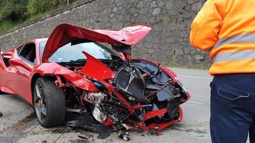 Cohete Suárez choca con un vehículo cuando iba a los mandos de un Ferrari