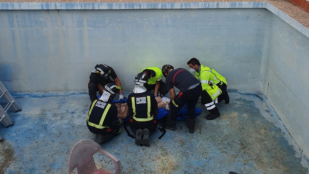 Los bomberos han rescatado al hombre del fondo de la piscina.