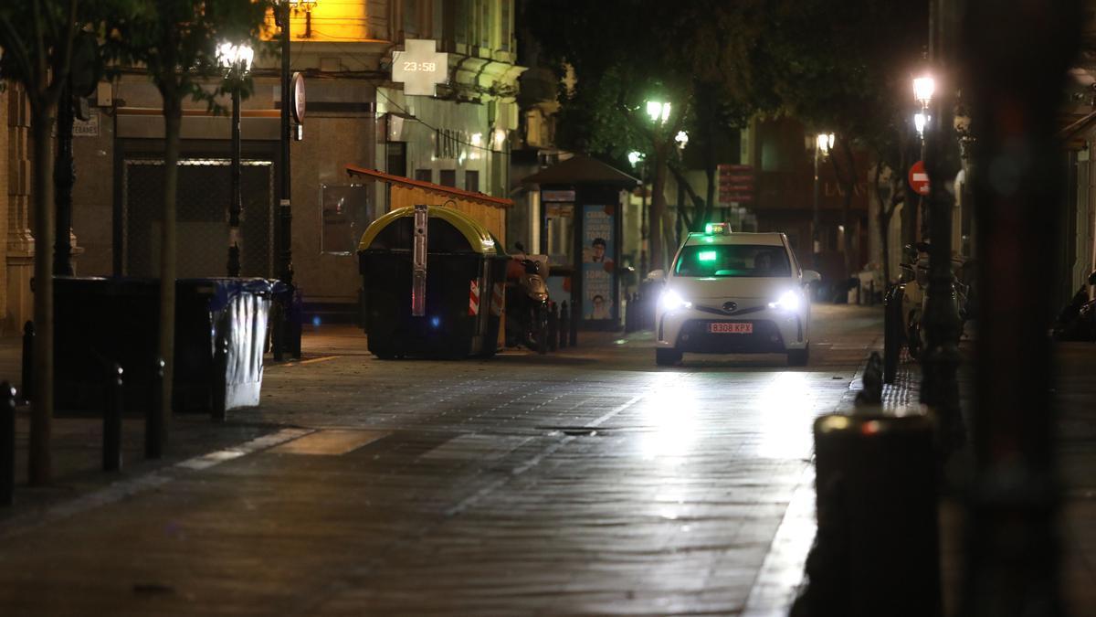 Calles vacías en Aragón durante una noche de toque de queda.