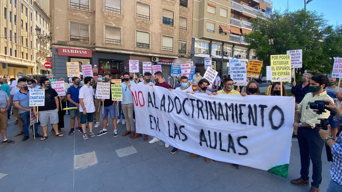 Confederaciones de padres y alumnos se concentran en la plaza de la Montañeta para frenar «la imposición de la educación valenciana»