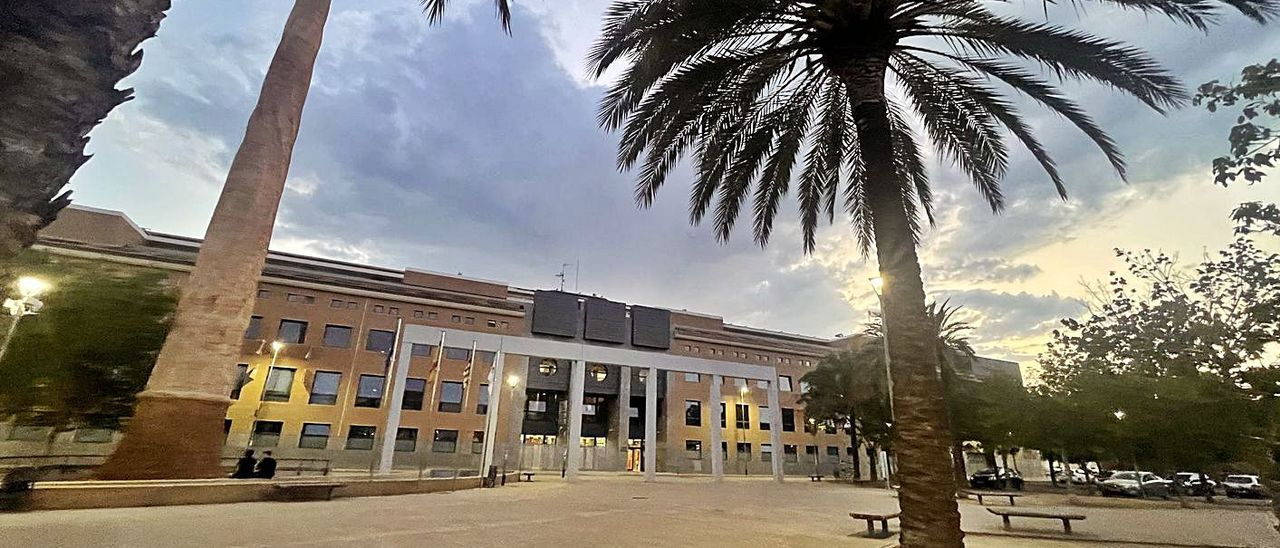 Façana principal de l'edifici del CEU en Alfara. | A.A.