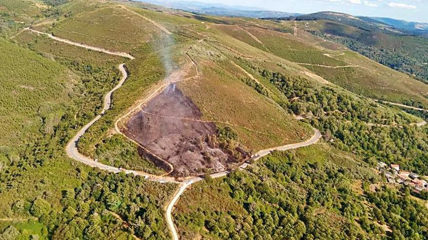 Nueve medios aéreos y once brigadas atajan un incendio en Castrelo do Val